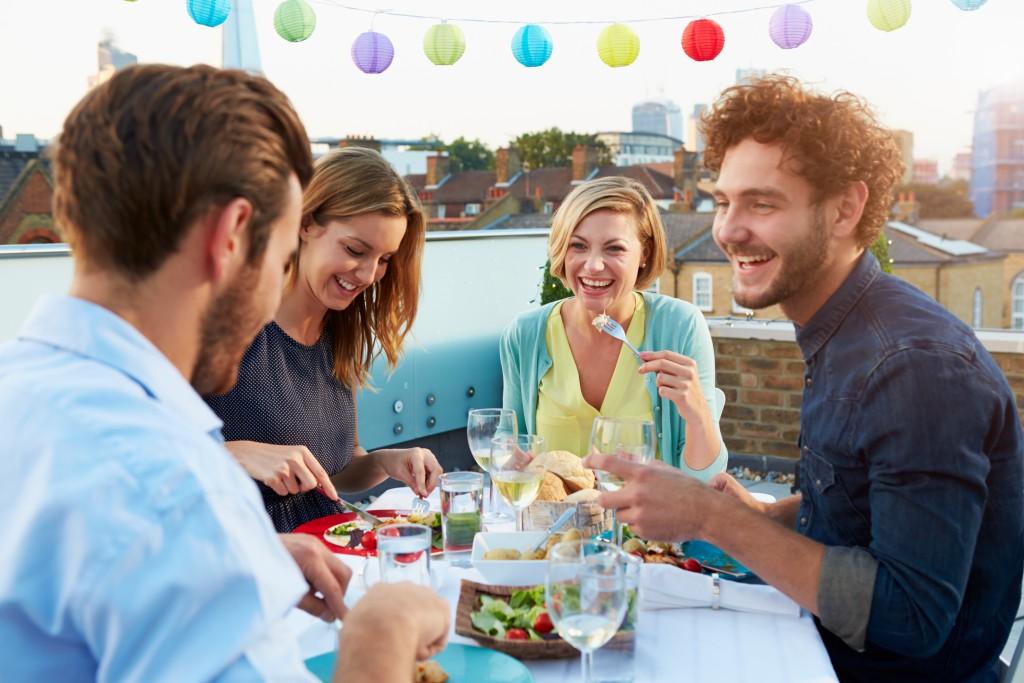 groupe d'amis diner sur terrasse
