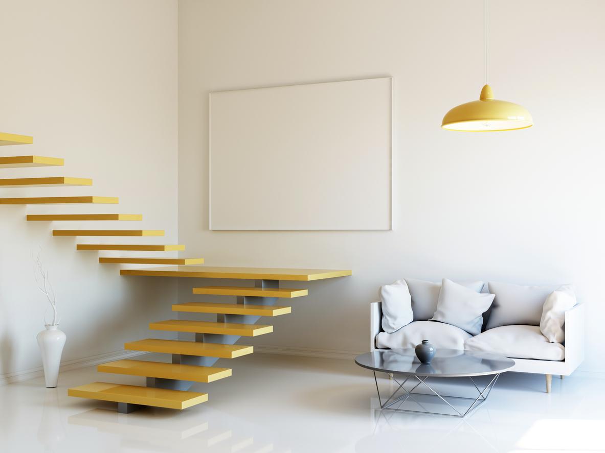 Une décoration épurée et un escalier coloré