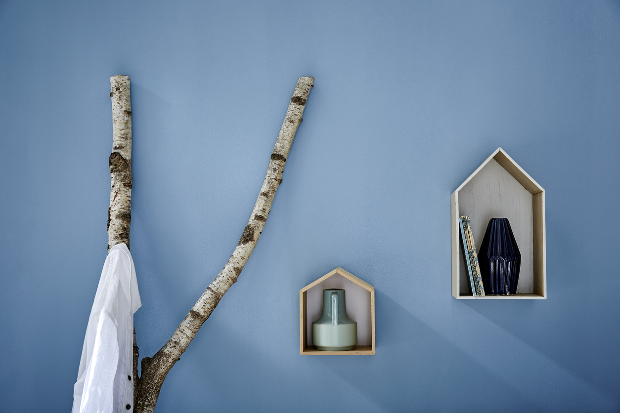 Une branche de bois en porte manteau