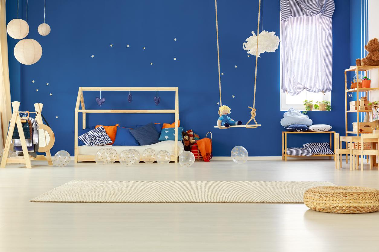 Une chambre d'enfant avec des suspensions en bois
