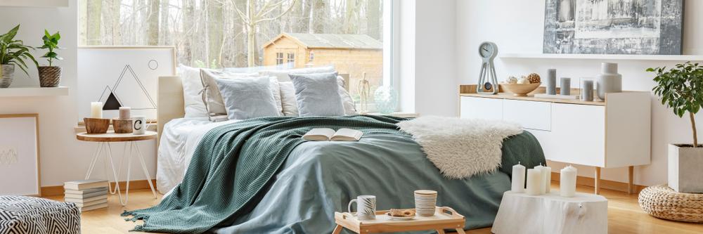 Décoration de chambre avec tapis en laine bouclée